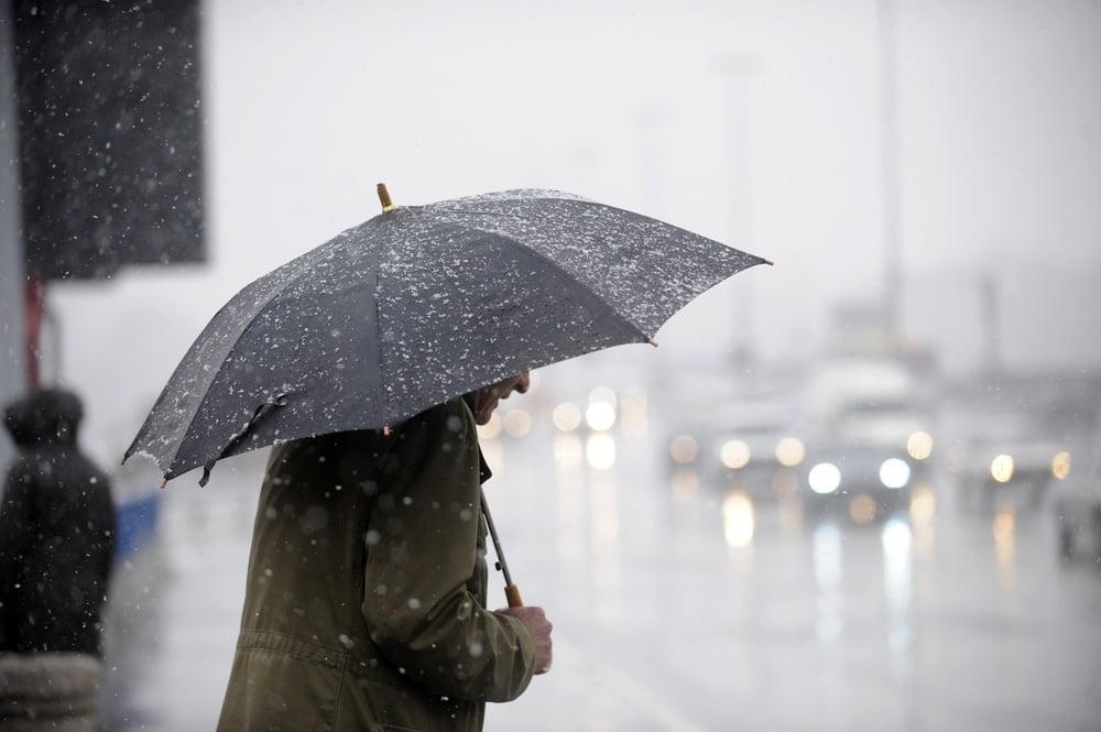 Recomandările INSP pentru șoferi și pietoni pe timp de ploaie