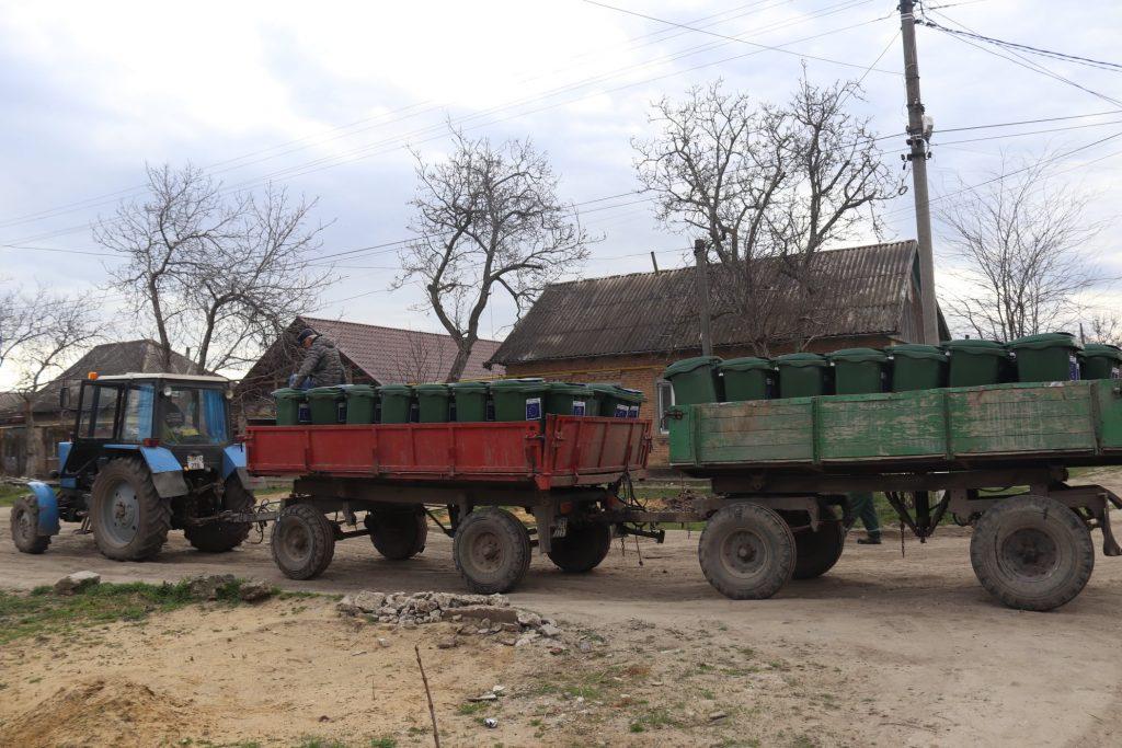 """Pubelele sunt repartizate locuitorilor din sectorul Lipovanca, municipiul Cahul. Sursa foto: Asociația """"Perspectiva""""."""