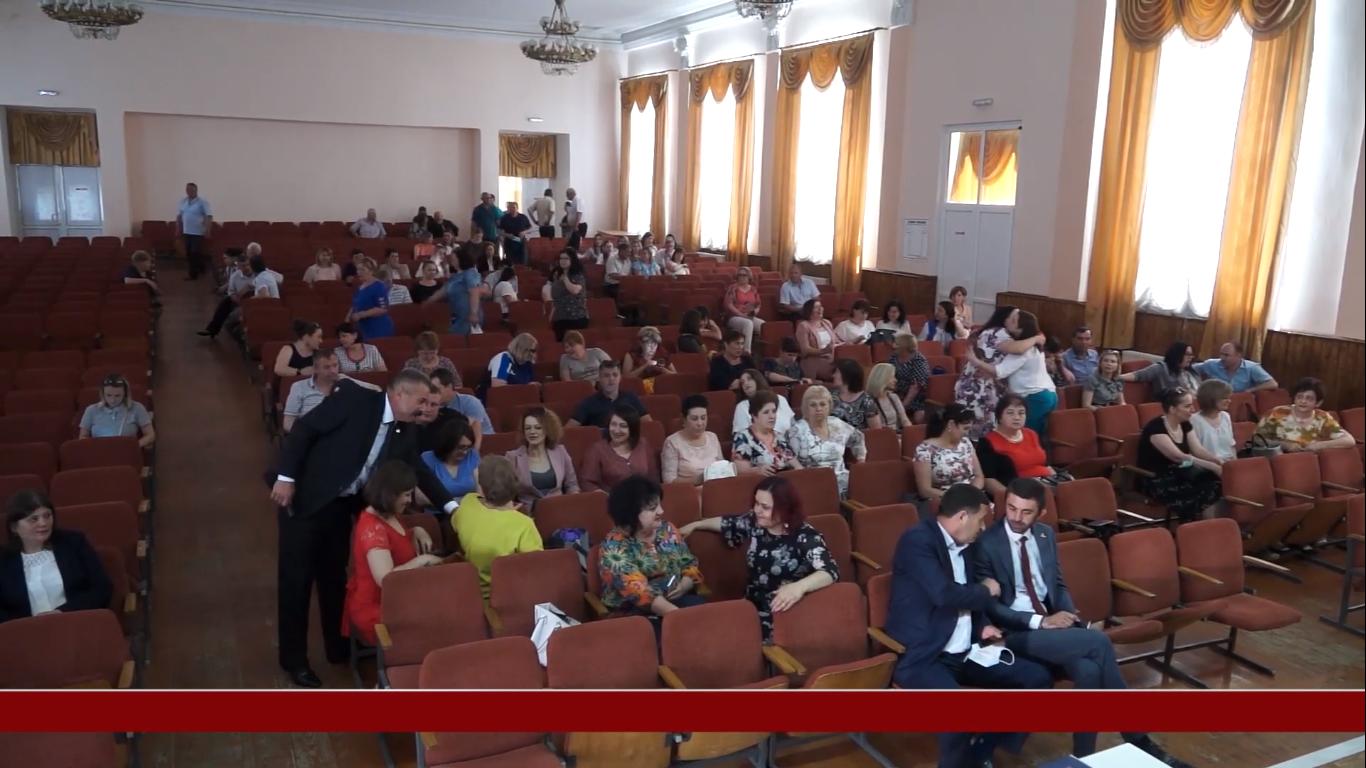 Diplome, flori și premii pentru funcționarii publici din Drochia